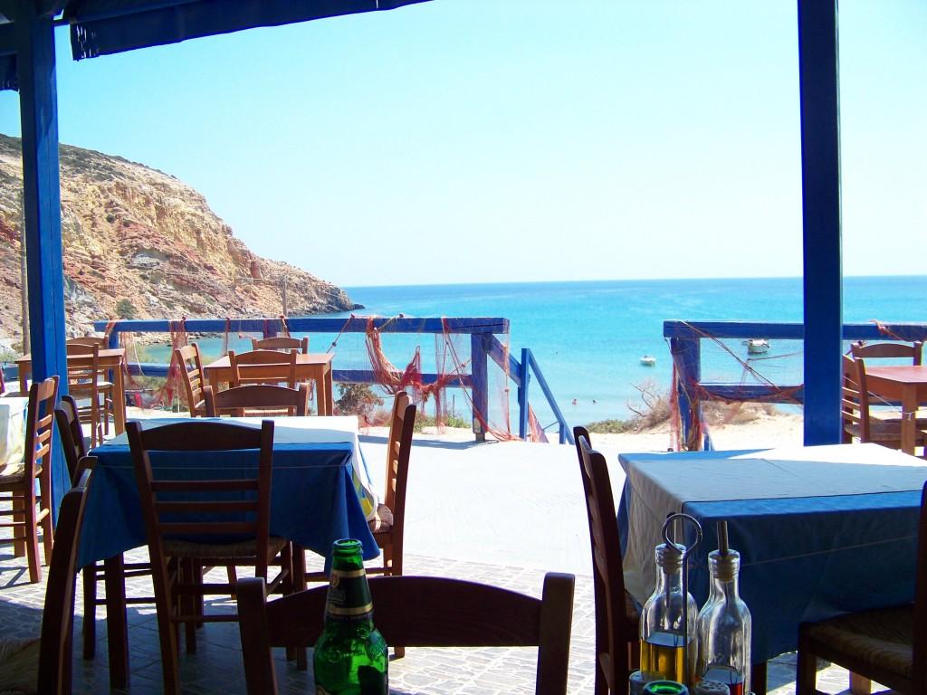Vue sur mer d'un restau à Provatas à Milos