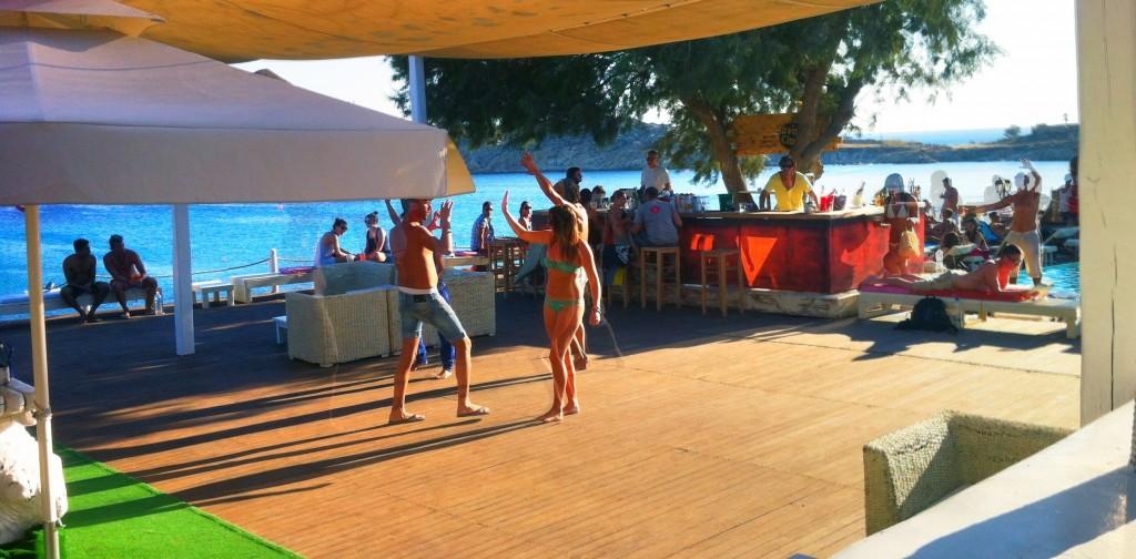 Ambiance au bar du camping de mykonos