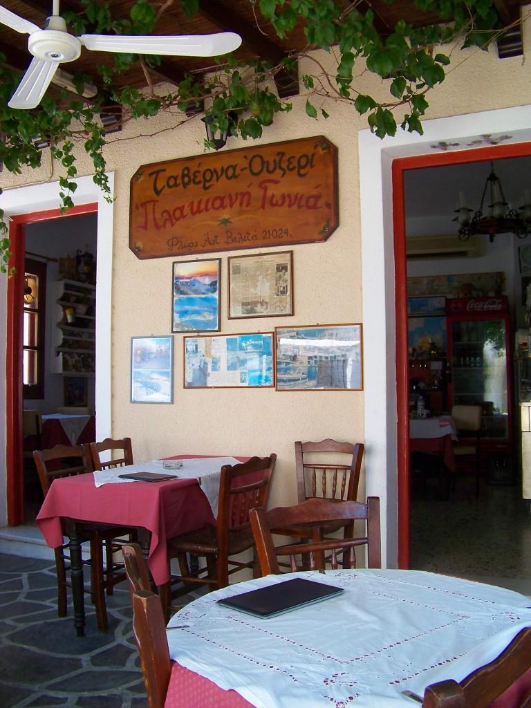 """La taverne et ouzerie """"Plakiani Gonia""""."""